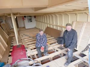 Veikko Nurhonen ja Jukka Kontinen purkavat entisen ja rakentavat Wennoon uuden ruumalattian.